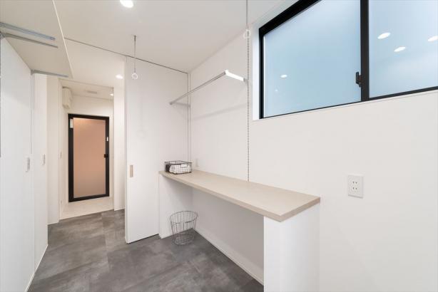 サンルームには収納部分を設けて、干した物をそのまま掛けたり畳んでおいたりできる、家事楽を叶えた空間になりました。