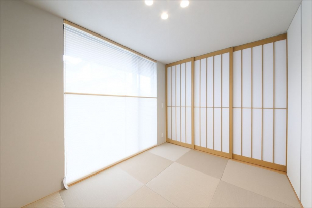 テラスと隣接している和室。リビングと建具で仕切っていても、大きな窓から優しい光が広がります。