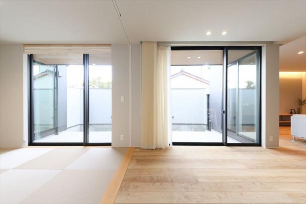 和室の建具とカーテンを全て開放すれば、光が広がるパノラマのような空間に。