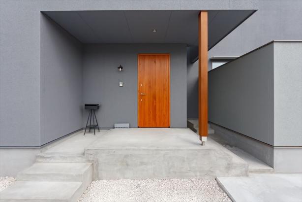 どっしりとした重みが感じられる木製建具を玄関ドアに採用。外観のアクセントになっています。