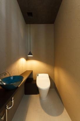 美術館のトイレをイメージしたトイレ。間接照明が塗り壁の陰影を際立たせています。