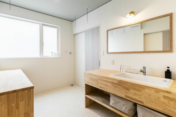 キッチンに立つママへ捧げる視界が広がる家 洗面室