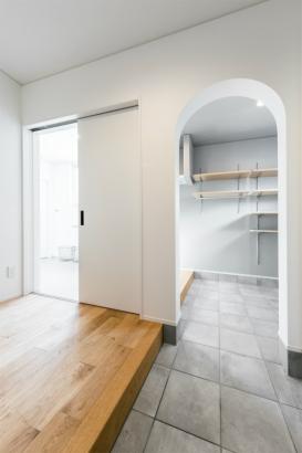 コンパクトな洗練空間 33坪グレーの家 玄関