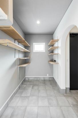 コンパクトな洗練空間 33坪グレーの家 シューズクローク