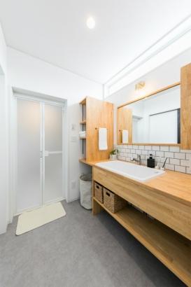 コンパクトな洗練空間 33坪グレーの家 洗面脱衣室