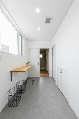 コンパクトな洗練空間 33坪グレーの家 サンルーム