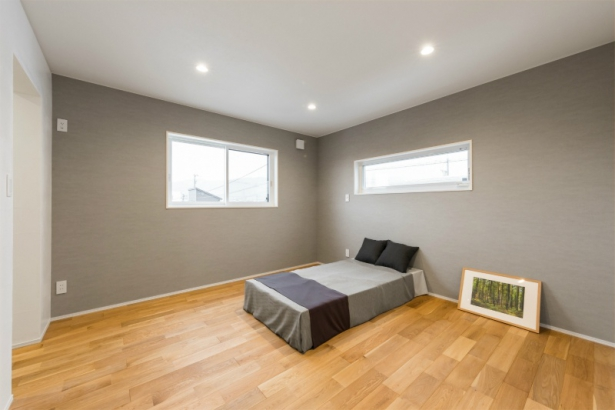 コンパクトな洗練空間 33坪グレーの家 寝室
