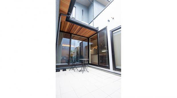 リビングと同じ素材の天井で一体感のあるテラス