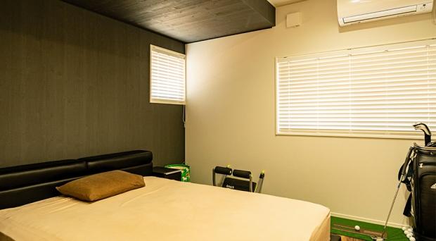 壁、天井のアクセントが落ち着きを演出する寝室