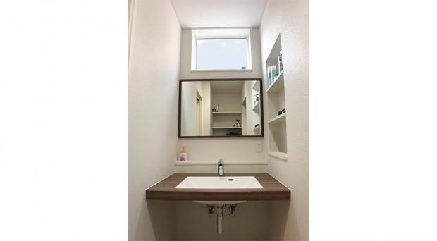 洗面台横のニッチは賢いスペースの使い方
