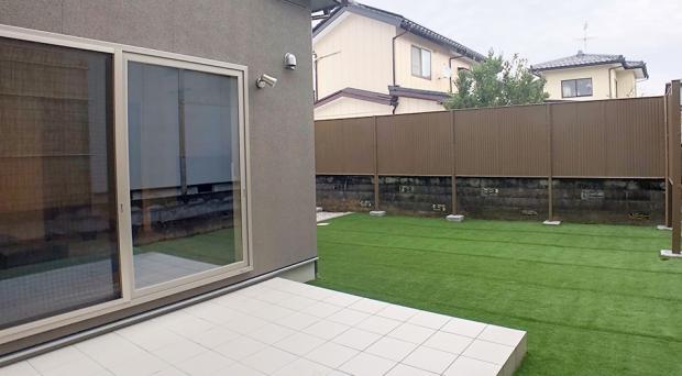 広い庭ながら塀に囲まれていることでプライベート性を確保