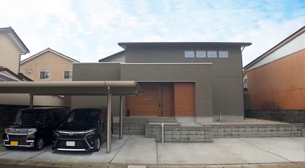 シンプルながらも敷地全体と調和するように設計されたモダンな外観