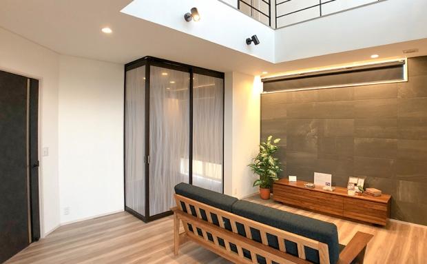 こだわりの吊り戸でタタミスペースは個室にもなります