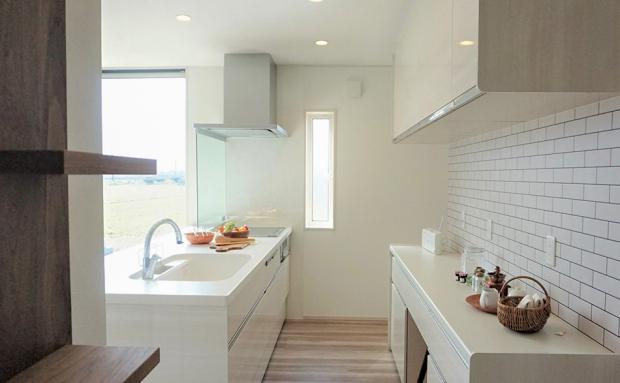 リビングを見渡せるキッチン、その周囲に水廻りや収納を集めた家事楽動線