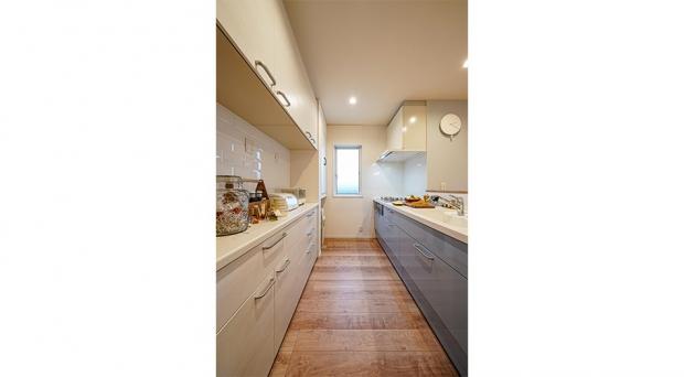 ワークスペースが広く、吊り棚といった収納も充実したキッチン