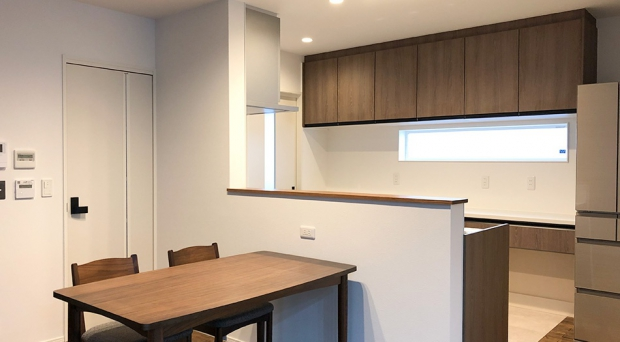 木の素材で落ち着いた空間のキッチンダイニング