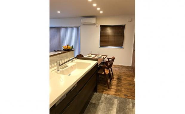 キッチン床もヴィンテージ調の素材に変えることでメリハリが生まれます
