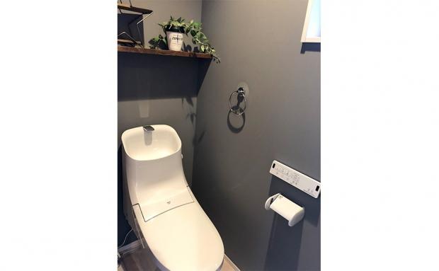 無機質なデザインに緑のインテリアも映えるトイレ
