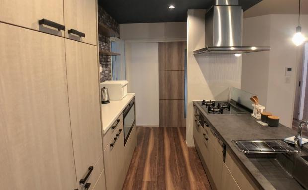 モダンな天板をあしらったキッチンは歩くスペースもたっぷり