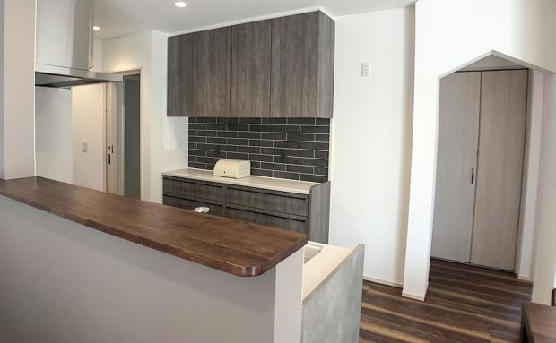 キッチン横のオシャレな三角垂れ壁が目を引きます