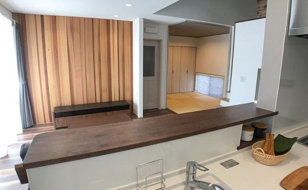 キッチンからは生活スペースを見渡すことができます
