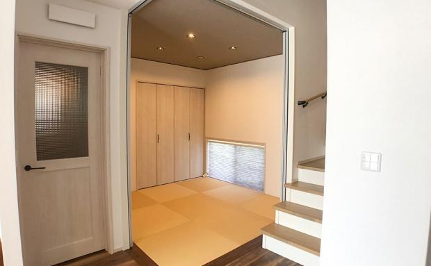 建具を閉じれば個室になる和室は玄関側にも入口があり、急な来客にも対応できます