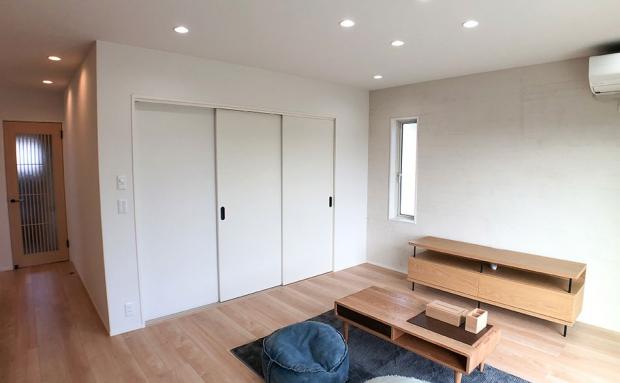 建具を閉じればリビングとタタミコーナーは個別の空間に