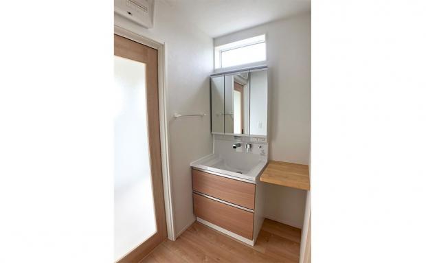 明るく、便利なカウンターも付いた洗面スペース