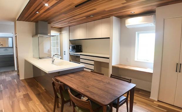 天井がアクセントになったキッチン横には便利なカウンタースペースも