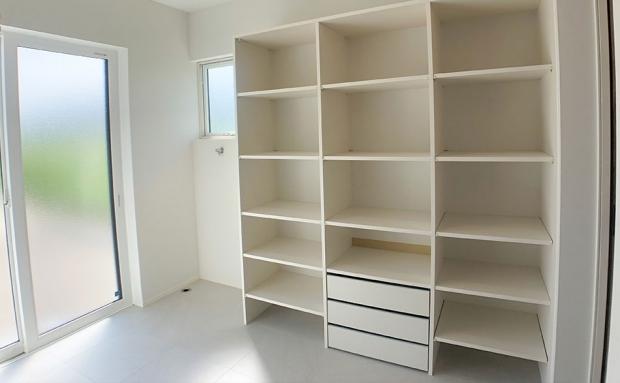 収納容量も十分な棚のあるサンルーム