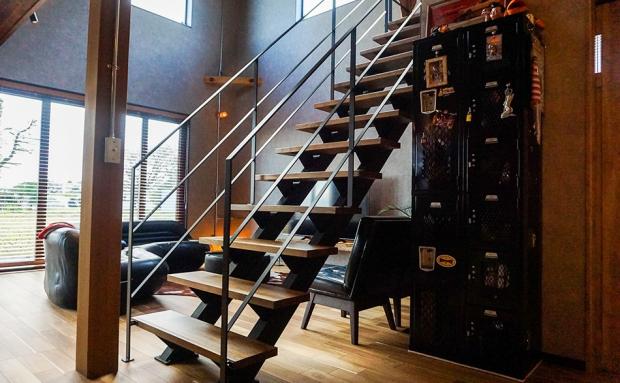 ヴィンテージ感のあるオシャレなスケルトン階段