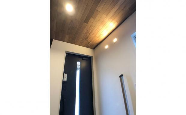 木素材の天井と間接照明で特別感のある玄関