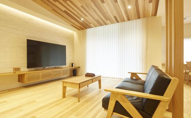 天井に木素材を使ったリビングはリラックスできる特別な空間。窓の外にはプライベートテラスも