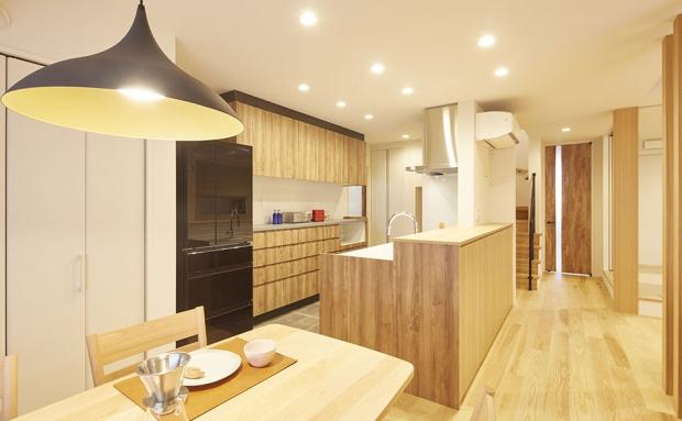 横並び型のダイニングキッチンは家事動線もスムーズ。ダイニングにはお気に入りの照明を