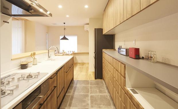 異素材の組み合わせで毎日立つのが楽しくなるキッチン