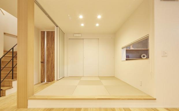 ロールカーテンと引き戸で個室にもなる小上がりのタタミコーナー