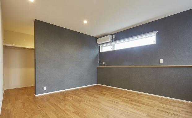 寝室は落ち着いた壁色でくつろぎの空間に