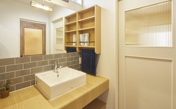 素材や照明、建具にもこだわった洗面コーナー
