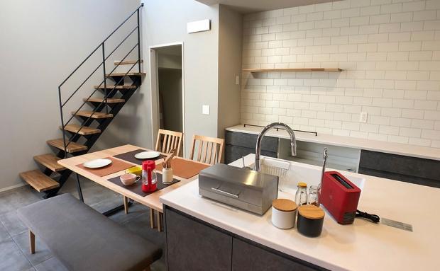 カフェのようなお洒落なダイニングキッチン。鉄階段と自然素材のバランスも魅力的