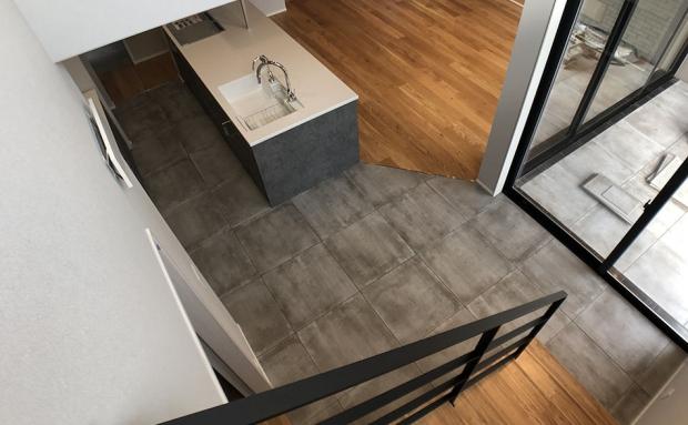 キッチンとテラスの床を同素材にすることで、実際よりも広く感じられる