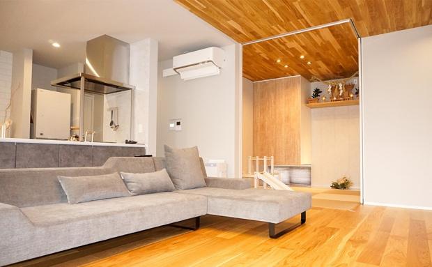 こだわりの天井の板張りが、家族でくつろげる居心地の良い空間を演出