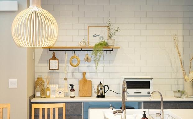 個性を飾り付けで表現するキッチンは立つのが楽しい空間