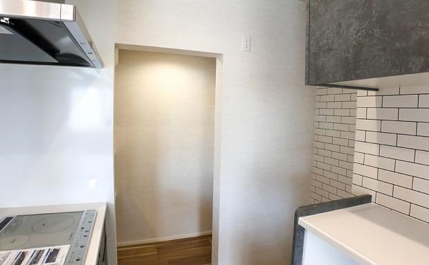 キッチンの奥にはパントリー。乱雑になりがちなキッチンをすっきりまとめてくれる