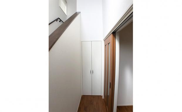 階段下の収納。日用品のストックや掃除用具置き場に