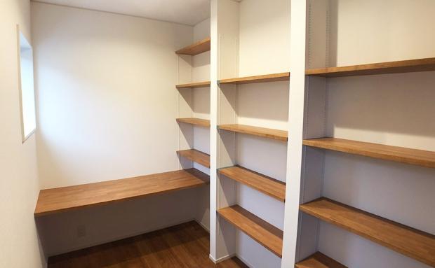 リモートワークに対応し、空間の広さと収納にこだわった書庫兼書斎。仕事に趣味に没頭できるプライベート空間