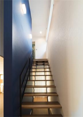 スリット階段で広さを感じる空間