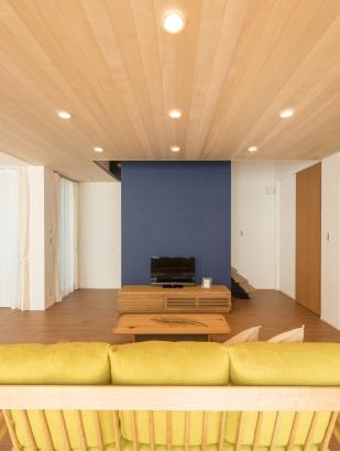 天井には床板を貼っています