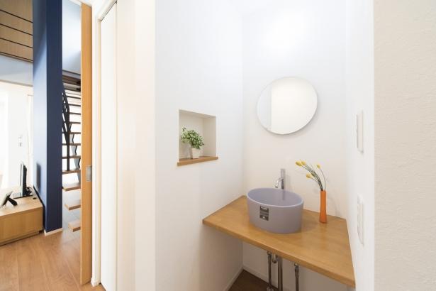 1階の洗面もブルー系でコーディネート