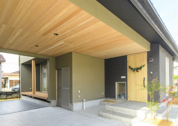 屋根のかかった玄関ポーチは夏も冬も便利です