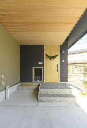 シンプルな玄関ドアには季節の飾りを。